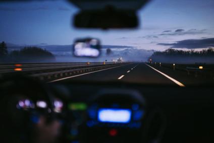Află care sunt cele mai importante reguli de condus defensiv pentru șoferii începători și nu numai